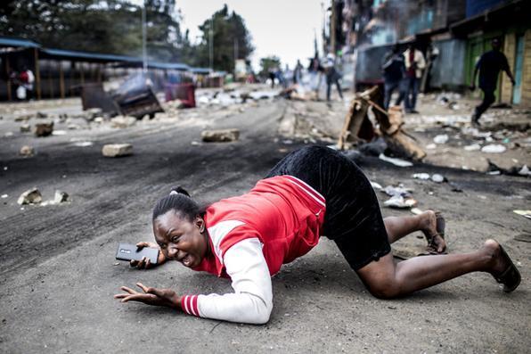 Clima de tensão durante protesto dos partidários do candidato presidencial da Super-Aliança Nacional  em Mathare Slum,  Nairobi. Quenianos estão na expectativa pelo resultado da eleição presidencial.  Foto:  AFP PHOTO / LUIS TATO -