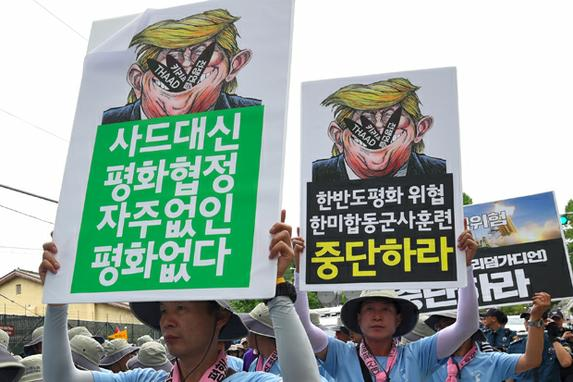 FOTOS DO DIA (Sul-coreanos mantêm cartazes mostrando caricaturas do presidente norte-americano Donald Trump durante manifestação anti-EUA . Foto: AFP PHOTO / JUNG Yeon-Je)