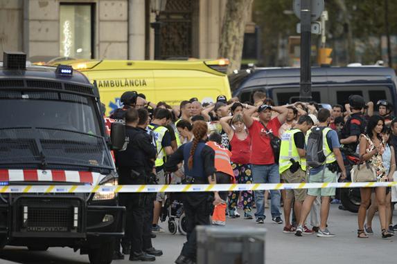 FOTOS DO DIA (Van atropela várias pessoas nas Ramblas, região turística de Barcelona.  Cerca de  13  pessoas morreram e várias estão feridas. Foto:  AFP PHOTO / Josep LAGO)