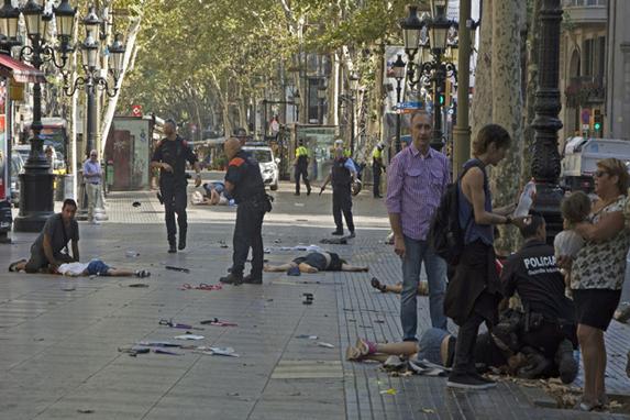 FOTOS DO DIA (Van atropela várias pessoas nas Ramblas, região turística de Barcelona.  Cerca de  13  pessoas morreram e várias estão feridas. Foto:EFE/David Armengou)