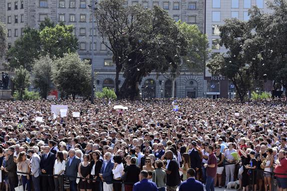 FOTOS DO DIA (Milhares de pessoas fazem um minuto de silêncio para as vítimas do ataque de Barcelona na Plaza de Catalunha , um dia depois de uma van atropelou uma multidão, matando 13 pessoas e ferindo mais de 100 na Rambla em Barcelona Foto:  AFP PHOTO / JAVIER SORIANO)