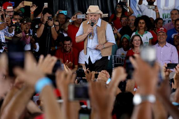 FOTOS DO DIA (O ex presidente , Luiz Inácio Lula da Silva, faz discurso durante encontro com fazendeiros , em Feira de Sanatana , na  Bahia. Foto:   AFP PHOTO / LUCIO TAVORA)