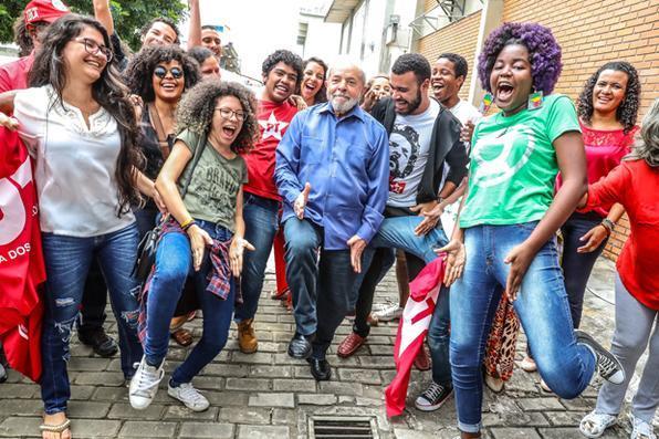 Lula cai na sarrada com a juventude e sua imagem viraliza na internet. Foto:  Ricardo Stuckert/Fotos Públicas -