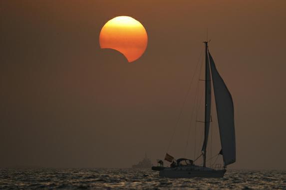 FOTOS DO DIA (O sol se põe sobre o mar durante o eclipse, na cidade de Portosin. Nesta área da Europa, a estrela ficou escondida 14% e coincidiu com o pôr-do-sol. Um eclipse solar ocorre quando a Lua esconde o Sol da perspectiva da Terra. EFE / Lavandeira jr)
