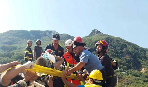 Um terremoto de magnitude 4,0 atingiu a ilha italiana  de Ischia, causando  destruiçãoe deixando duas pessoas mortas.  AFP PHOTO / Vigili del Fuoco / Folheto / RESTRINGIDO PARA USO EDITORIAL - CRÉDITO OBRIGATÓRIO ''AFP PHOTO / HO / VIGILI DEL FUOCO'' -