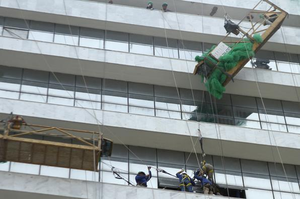 Dois homens que trabalhavam no prédio do Banco do Brasil na Avenida Rio Branco, no Recife Antigo, despencaram de andaime a e ficaram suspensos por uma única corda. O socorro foi realizado por outros colegas da equipe. Foto: Marlon Diego/Esp. DP -