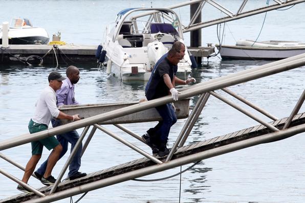 O barco Cavalo Marinho I, com 129 passageiros a bordo, naufragou depois de sair da ilha de Itaparica deixando até agora 22 corpos coletados na área do acidente. Na foto, o corpo de uma das vítimas do  naufrágio, é carregado no Terminal Marítimo de Salvador. Foto: AFP PHOTO / LUCIO TAVORA -