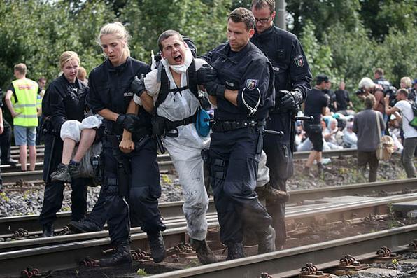 Os policiais levam um ativista ambiental que ocupa as vias férreas de acesso a usina de carvão marrom em Neurath, perto de Grevenbroich, no oeste da Alemanha. AFP PHOTO / dpa / Oliver Berg / Alemanha OUT - . AFP PHOTO / dpa / Oliver Berg / Alemanha OUT