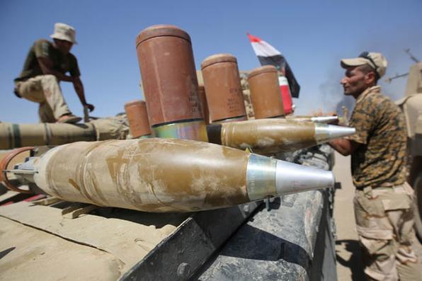 As forças iraquianas preparam as armas enquanto avançam para a aldeia de al-Ayadieh, perto de Qubuq, ao norte de Tal Afar, durante a operação para retomar a área do grupo do Estado islâmico. AFP PHOTO / AHMAD AL-RUBAYE - AFP PHOTO / AHMAD AL-RUBAYE