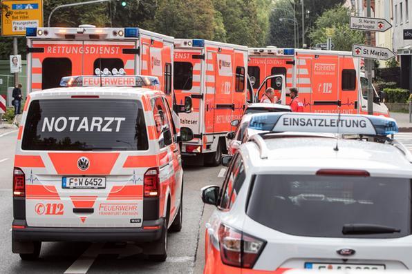 Ambulâncias transferem pacientes  da clínica Buergerhospital para outro hospital em Frankfurt , no oeste da Alemanha, já que as medidas de evacuação estão em andamento devido a uma bomba britânica da Segunda Guerra Mundial que foi encontrada e exige a evacuação de até 70 mil pessoas. / AFP PHOTO / dpa / Frank Rumpenhorst / Alemanha OUT - AFP PHOTO / dpa / Frank Rumpenhorst / Alemanha OUT