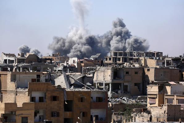Ataque na cidade de Raqa, no norte da Síria, enquanto as Forças Democráticas da Síria (SDF) e uma aliança curda-árabe apoiada pelos EUA tentaram retomar a cidade do grupo do Estado islâmico (IS). / AFP PHOTO / DELIL SOULEIMAN -  AFP PHOTO / DELIL SOULEIMAN