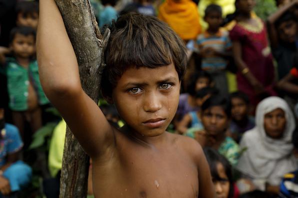 Mais de 125 mil refugiados cruzaram a fronteira para Bangladesh. A maioria é Rohingya, uma minoria étnica muçulmana, que o governo da maioria budista, em Mianmar, não reconhece como cidadãos. Foto: AFP PHOTO / K M ASAD -
