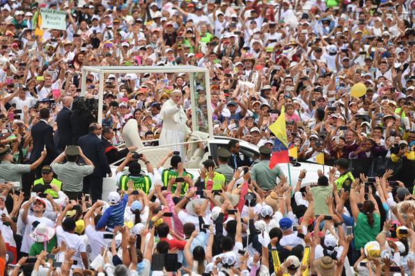 O Papa Francisco acena para a multidão no papamóvel ao ar livre na  missa  em Villavicencio, Colômbia. Ele pede aos colombianos que evitem buscar ''vingança'' pelos sofrimentos do conflito civil de meio século de seu país enquanto trabalham para uma paz duradoura. / AFP PHOTO / Alberto PIZZOLI - AFP PHOTO / Alberto PIZZOLI