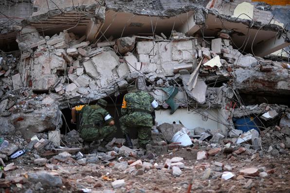Soldados procuram sobreviventes em meio a ruínas de edifícios derrubados,  na última quinta-feira,  por um terremoto de magnitude 8,1, em Juchitan de Zaragoza, México. Foto:  AFP PHOTO / PEDRO PARDO -