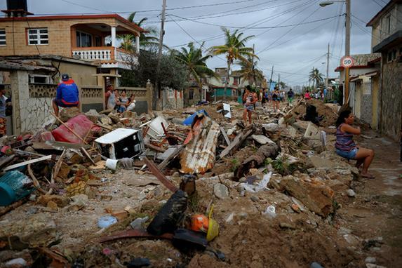 FOTOS DO DIA (Destruição causada pelo furacão Irma, no bairro de Cojimar em Havana. AFP PHOTO / YAMIL LAGE)