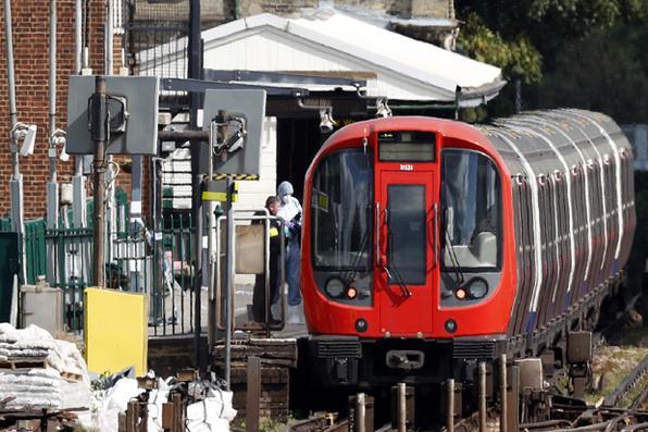 Vinte e duas pessoas ficam feridas depois da  explosão de uma bomba no metrô em Londres. AFP PHOTO / Adrian DENNIS / -