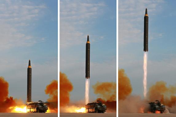 """FOTOS DO DIA (Lançamento do foguete balístico estratégico Hastong-12, de médio e longo alcance, em um local não revelado. Kim prometeu completar a força nuclear da Coréia do Norte apesar das sanções, dizendo que o objetivo final do desenvolvimento de armas de seu país é """"equilíbrio de força real"""" com os Estados Unidos. AFP PHOTO / KCNA VIA KNS / STR / )"""