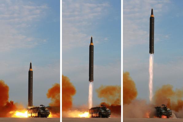 Lançamento do foguete balístico estratégico Hastong-12, de médio e longo alcance, em um local não revelado. Kim prometeu completar a força nuclear da Coréia do Norte apesar das sanções, dizendo que o objetivo final do desenvolvimento de armas de seu país é ''equilíbrio de força real'' com os Estados Unidos. AFP PHOTO / KCNA VIA KNS / STR / -  AFP PHOTO / KCNA VIA KNS / STR /