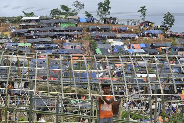 Refugiado constrói um novo abrigo improvisado no campo de refugiados de Thyangkhali, perto da aldeia bengalense de Gumdhum. Foto: Dominique Faget / AFP Photo -