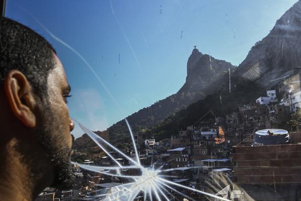 Um homem pega o elevador ''Plano Inclinado'' na favela de Santa Marta, a primeira a ser pacificada pelo programa estadual da Unidade Pacificadora da Policia (UPP), no Rio de Janeiro. Foto: Apu Gomes / AFP Photo -