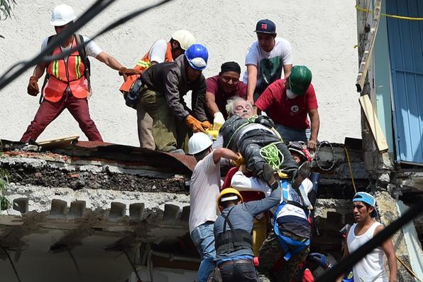 Um homem é retirado vivo dos escombros após um terremoto na Cidade do México. Um poderoso terremoto estremeceu a cidade causando pânico entre os 20 milhões de habitantes. AFP PHOTO / Ronaldo SCHEMIDT - AFP PHOTO / Ronaldo SCHEMIDT