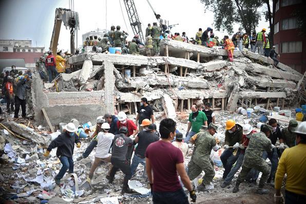 Bombeiros, policiais, soldados e  voluntários procuram sobreviventes em um prédio que desabou na Cidade do México, um dia depois de um forte terremoto atingir o centro do México. AFP PHOTO / Yuri CORTEZ -  AFP PHOTO / Yuri CORTEZ