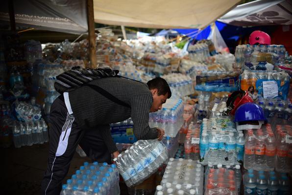 Voluntários armazenam suprimentos durante a busca de sobreviventes na Cidade do México, dois dias depois de um forte terremoto ter passado na cidade. AFP PHOTO / Ronaldo SCHEMIDT - AFP PHOTO / Ronaldo SCHEMIDT