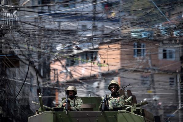 Polícia e das forças armadas participam de  operação de luta contra traficantes de drogas na favela da Rocinha, no Rio de Janeiro. Foto: AFP PHOTO / Mauro PIMENTEL -