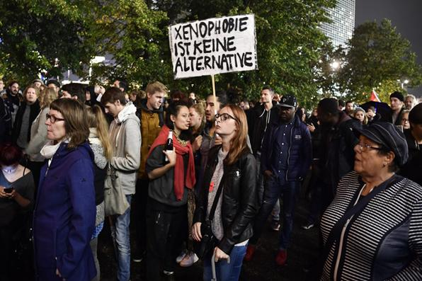 Manifestante mostra cartaz dizendo: ''A xenofobia não é uma alternativa'' durante um protesto em Berlim após as eleições gerais. Foto: AFP PHOTO / John MACDOUGALL -