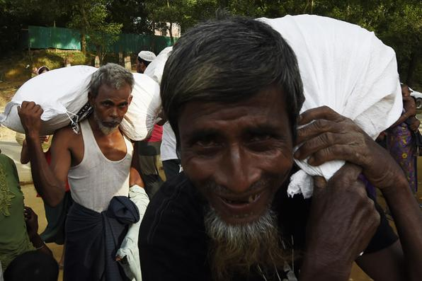 Distribuição de alimentos organizada pelo exército de Bangladesh no campo de refugiados de Balukhali, perto da aldeia de Gumdhum.  Foto: AFP PHOTO / DOMINIQUE FAGET -