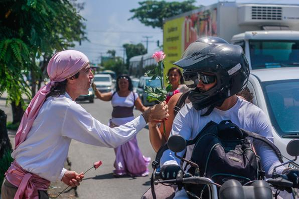Dançarinos do grupo Ciganos de Luz participam da abertura do Outubro Rosa no Hospital do Câncer. Foto: Thalyta Tavares/Esp. DP -