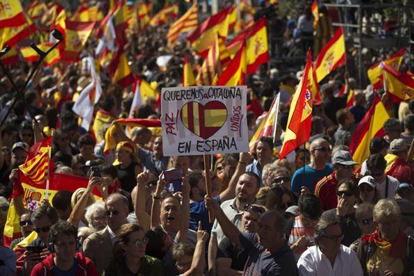 Um homem com um cartaz ''Queremos a Catalunha na Espanha'' durante uma manifestação convocada pela Societat Civil Catalana para apoiar a unidade da Espanha em Barcelona. Foto: AFP PHOTO / JORGE GUERRERO.  -