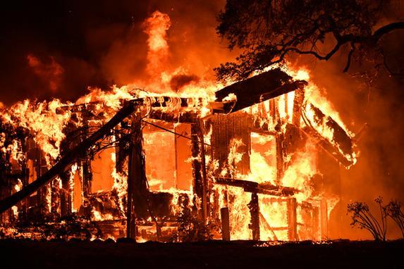 FOTOS DO DIA (Chamas atingem uma casa na região vinícola de Napa, na Califórnia. AFP PHOTO / JOSH EDELSON)