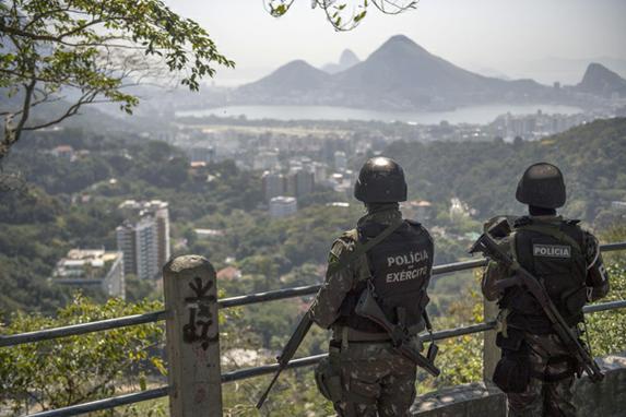 FOTOS DO DIA (Militares voltam à Rocinha para operação relâmpago após tiroteios. Foto: AFP PHOTO / Mauro PIMENTEL)