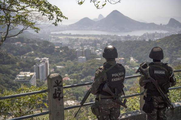 Militares voltam à Rocinha para operação relâmpago após tiroteios. Foto: AFP PHOTO / Mauro PIMENTEL -