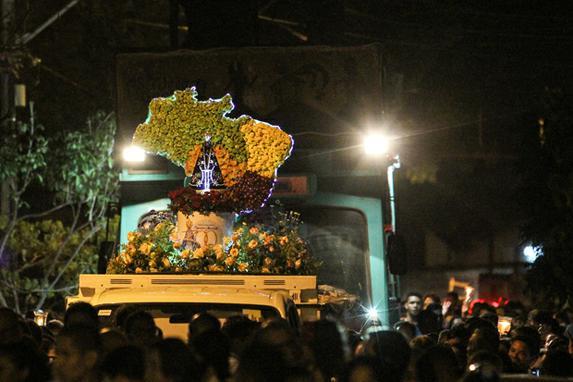 FOTOS DO DIA (Fiéis homenageiam Nossa Sra Aparecida durante procissão no Recife. Foto: Paulo Paiva/DP)