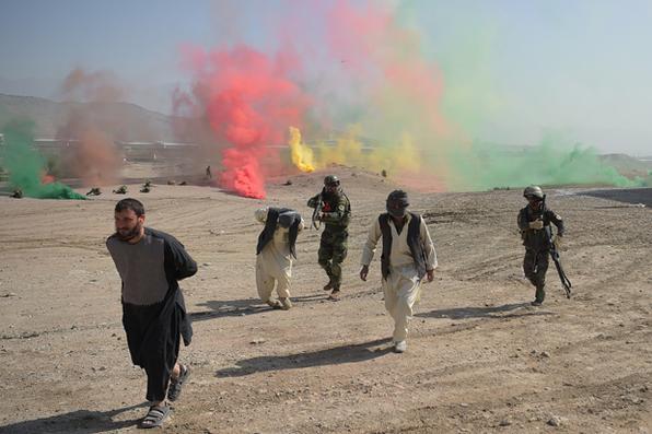 Soldados do Exército Nacional Afegão (ANA) participam da missão de exercícios de treinamento de combate . Foto:  AFP PHOTO / SHAH MARAI -