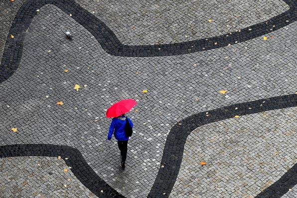 Mulher caminha  em Hanôver, no centro da Alemanha. Foto: AFP PHOTO / dpa / Holger Hollemann / Alemanha OUT -