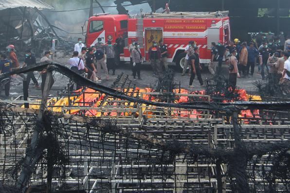 Incêndio em fábrica de fogos de artifício deixa 46 mortos na Indonésia. Foto: AFP PHOTO / DEMY SANJAYA -