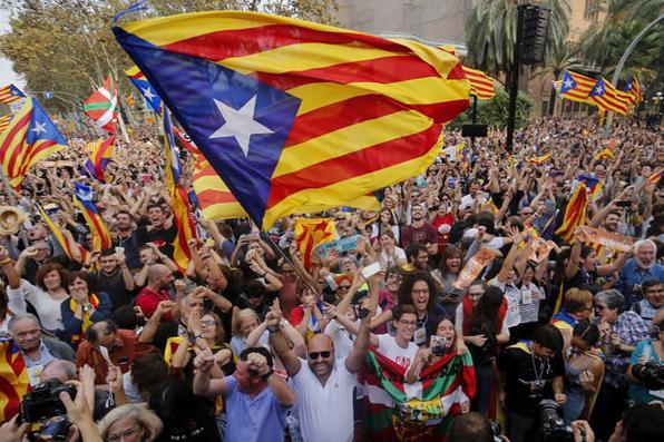 As pessoas comemoram após o parlamento da Catalunha votar a declaração de independência da Espanha em Barcelona. O parlamento da Catalunha votou para declarar a independência da Espanha e proclamar uma república, assim como Madrid está prestes a impor uma regra direta sobre a região para detê-la.  AFP PHOTO / PAU BARRENA - AFP PHOTO / PAU BARRENA