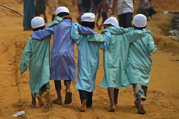 Crianças refugiadas de Rohingya caminham no campo de refugiados de Moynerghona, no distrito de Ukhia, em Bangladesh.Foto:  AFP PHOTO / Tauseef MUSTAFA -