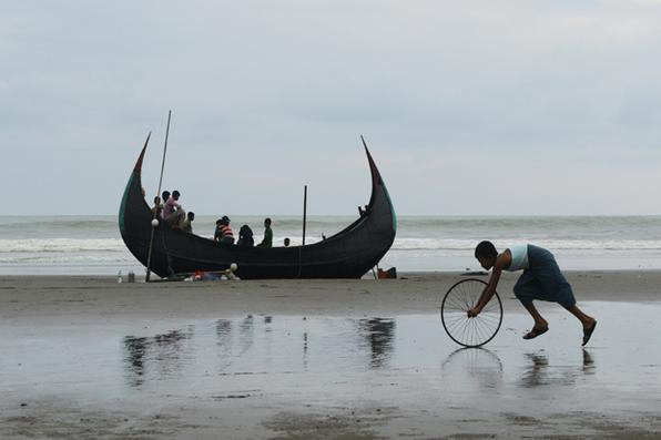 Pelo menos quatro  Rohingya e três bebês morreram hoje  quando  barco afundou na costa do Bangladesh.  Cerca de  200 Rohingya se afogaram desde o final de agosto fazendo o cruzamento entre Myanmar para Bangladesh. Foto: AFP PHOTO / Dibyangshu SARKAR -