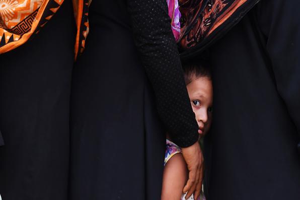 Refugiados Rohingya esperam ajuda  no campo de refugiados de Thainkhali, no distrito bengali de Ukhia. Foto: AFP PHOTO / Dibyangshu SARKAR -