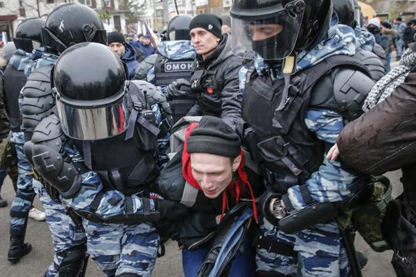 Dezenas de pessoas são detidas em marcha ultranacionalista na Rússia. Foto: MAXIM ZMEYEV / AFP. -