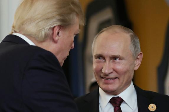 FOTOS DO DIA (O presidente dos EUA, Donald Trump , conversou com o presidente da Rússia, Vladimir Putin, quando compareceram ao Encontro dos Líderes Econômicos da APEC. AFP PHOTO / SPUTNIK / Mikhail KLIMENTYEV)