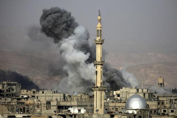 FOTOS DO DIA (Fumaça após um ataque aéreo na cidade assediada pelos rebeldes de Arbin, na região oriental de Ghouta, nos arredores de Damasco. Foto: AFP PHOTO / Amer ALMOHIBANY.)
