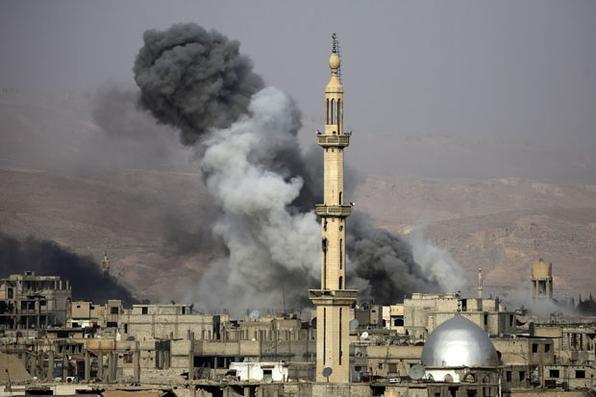 Fumaça após um ataque aéreo na cidade assediada pelos rebeldes de Arbin, na região oriental de Ghouta, nos arredores de Damasco. Foto: AFP PHOTO / Amer ALMOHIBANY. -
