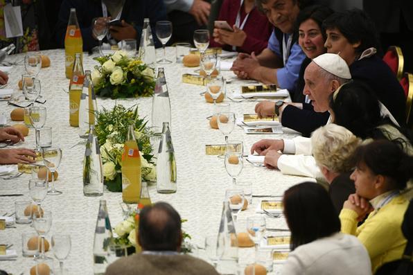 O Papa Francisco ao redor de uma mesa na sala de audiências Paul VI, onde 500 pessoas necessitadas e as que as ajudam a almoçar, no Vaticano. O Papa Francis celebrou uma missa hoje para marcar o primeiro Dia Mundial dos Pobres. Foto: AFP PHOTO / Vincenzo PINTO. -