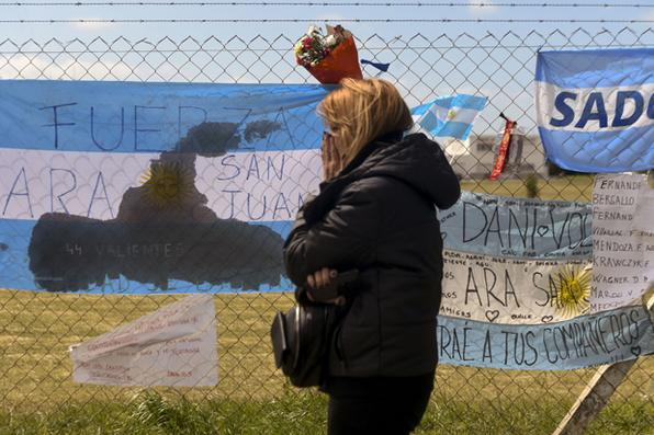 Uma parente do desaparecido membro da equipe submarina argentina, Alejandro Damian Tagliapietra, expressa sua dor fora da base da Marinha argentina em Mar del Plata, na costa atlântica ao sul de Buenos Aires. Foto: Eitan Abramovich/AFP Photo   -