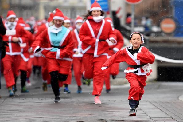 Grupo vestido de Papai Noel participa de corrida para uma instituição de caridade que cuida de  crianças pobres em Budapeste. Foto: AFP PHOTO / ATTILA KISBENEDEK -